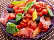 Многоцветна паста с чери домати и хамон